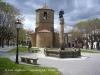 Sant Joan de les Abadesses - Església de Sant Pol. La font que ornamenta la plaça està coronada per una estàtua que representa el Comte Arnau.