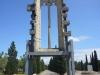 Tàrrega - Parc de Sant Eloi - Aquest finestral del segle XIV, havia pertangut a l\'església de la Sagrada Família, coneguda també com del Corpus Christi, annexa al palau dels Marquesos de la Floresta, situada a l\'antic carrer de Cervera de Tàrrega.  L\'església fou enderrocada l\'any 1943 i les seves restes van ser dispersades per diferents llocs. El finestral romangué molts anys en dipòsit al cementiri de Tàrrega fins al seu rescat i muntatge al parc de Sant Eloi a la dècada dels anys vuitanta del segle passat