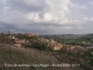 Vistes des de la Torre de defensa de les Oluges. En primer terme, la població de les Oluges. Al fons, la diminuta figura de Montfalcó Murallat.