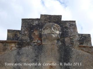 Torre de l'antic hospital de Cervelló - Olesa de Bonesvalls. A la llinda d'un dels portals, hi ha aquesta curiosa carota.