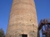 La minúscula figura d'un visitant situat als peus de la torre, permet fer-se una idea de la mida d'aquesta formidable edificació.