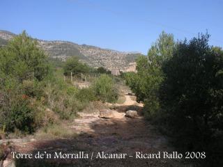 Des de la torre de'n Morralla s'inicia un camí, cap a la Torre de'n Calvo, que apareix al fons de la imatge. Al començar aquest camí, dues voluminoses pedres tanquen l'accés als vehicles a motor.