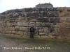 Torre Rodona – Ossó de Sió - La presència d'un anònim visitant al davant de les pedres, posa de manifest la notable mida d'aquestes.