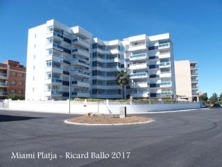 Miami Platja - Bloc d'apartaments situat al davant del Torreó de Miami Platja